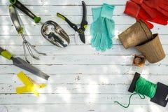 Εργαλεία κηπουρικής και κινηματογράφηση σε πρώτο πλάνο εξοπλισμού στο κατώφλι Στοκ φωτογραφία με δικαίωμα ελεύθερης χρήσης
