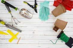 Εργαλεία κηπουρικής και κινηματογράφηση σε πρώτο πλάνο εξοπλισμού στο κατώφλι Στοκ Εικόνες