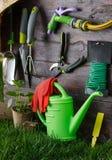 Εργαλεία κηπουρικής και κινηματογράφηση σε πρώτο πλάνο εξοπλισμού στο κατώφλι Στοκ Φωτογραφία
