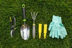 Εργαλεία κηπουρικής και κινηματογράφηση σε πρώτο πλάνο εξοπλισμού στο κατώφλι Στοκ Εικόνα