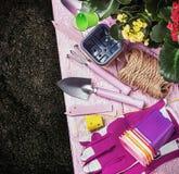 Εργαλεία κηπουρικής σε ένα υπόβαθρο στο έδαφος Στοκ Εικόνες