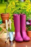 Εργαλεία κηπουρικής στον ξύλινο πίνακα και το πράσινο υπόβαθρο Στοκ εικόνες με δικαίωμα ελεύθερης χρήσης