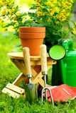 Εργαλεία κηπουρικής στο πράσινες υπόβαθρο και τη χλόη Στοκ Εικόνες