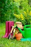 Εργαλεία κηπουρικής στο πράσινες υπόβαθρο και τη χλόη Στοκ Εικόνα