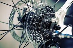 εργαλεία κινηματογραφήσεων σε πρώτο πλάνο chainrings ποδηλάτων που τίθενται Στοκ Φωτογραφία