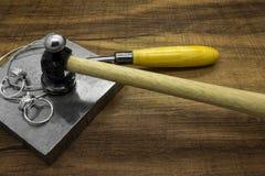 Εργαλεία κοσμήματος και κλασικά ασημένια δαχτυλίδια Στοκ Εικόνες