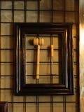 Εργαλεία κουζινών που κρεμούν σε ένα υπόβαθρο τοίχων Πλαισιωμένο ξύλινο κρέας χ Στοκ φωτογραφίες με δικαίωμα ελεύθερης χρήσης
