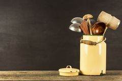 Εργαλεία κουζινών σε έναν ξύλινο πίνακα Cook& x27 εργαλεία του s Παραδοσιακός εξοπλισμός της αγροτικής κουζίνας Στοκ φωτογραφία με δικαίωμα ελεύθερης χρήσης