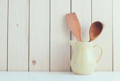 Εργαλεία κουζινών στην κεραμική κανάτα Στοκ Φωτογραφία