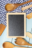 Εργαλεία κουζινών στον πίνακα Διάστημα για το κείμενο στοκ εικόνες
