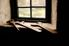 Εργαλεία μετάλλων μπροστά από ένα παράθυρο Στοκ φωτογραφίες με δικαίωμα ελεύθερης χρήσης
