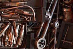 Εργαλεία μετάλλων στο κιβώτιο στοκ εικόνες με δικαίωμα ελεύθερης χρήσης