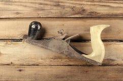 Εργαλεία Μηχανή πλανίσματος στο ξύλινο υπόβαθρο ready work Στοκ Εικόνες