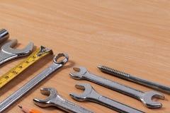 Εργαλεία μηχανικών, εργαλεία γαλλικών κλειδιών στον ξύλινο πίνακα Στοκ Εικόνα