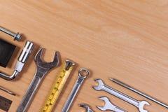 Εργαλεία μηχανικών, εργαλεία γαλλικών κλειδιών στον ξύλινο πίνακα Στοκ φωτογραφία με δικαίωμα ελεύθερης χρήσης