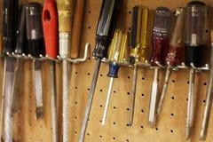 Εργαλεία ξυλουργικής που κρεμούν σε ένα pegboard στοκ φωτογραφία με δικαίωμα ελεύθερης χρήσης