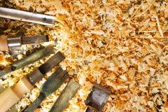 Εργαλεία ξυλουργών στο ξύλινο επιτραπέζιο υπόβαθρο Τοπ όψη Στοκ Εικόνες