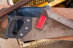 Εργαλεία ξυλουργών hacksaw και μέτρηση των εργαλείων Στοκ Εικόνες