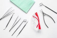 Εργαλεία οδοντιάτρων στο γραφείο στην άσπρη τοπ άποψη υπολογιστών γραφείου Στοκ Εικόνες