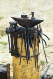 Εργαλεία σιδηρουργών στο κολόβωμα Στοκ Φωτογραφία