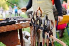 Εργαλεία σιδηρουργών ` s ενάντια στο σκηνικό της πυρκαγιάς Στοκ εικόνα με δικαίωμα ελεύθερης χρήσης