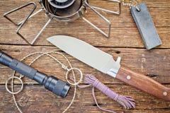Εργαλεία στρατοπέδευσης σε ένα ξύλινο υπόβαθρο πατωμάτων Στοκ Εικόνες