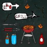 Εργαλεία σχαρών: BBQ το δίκρανο, λαβίδες, σχάρα με το κρέας, πυρκαγιά, μπουκάλι μπύρας, μπορεί, κέτσαπ, χορτάρια Σε έναν μαύρο πί απεικόνιση αποθεμάτων