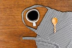 Εργαλεία φλιτζανιών του καφέ και κουζινών στην τσέπη της ποδιάς Στοκ φωτογραφία με δικαίωμα ελεύθερης χρήσης