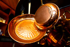 Εργαλεία χαλκού: τηγανίζοντας τηγάνι, κατσαρόλλα, ένα τρυπητό, που κρεμά από Στοκ Εικόνες