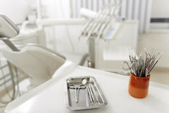 Εργαλεία χειρουργικών επεμβάσεων στο διαμέρισμα του ορθοδοντικού Στοκ Φωτογραφίες