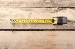 Εργαλεία Measurer ταινιών στο ξύλινο υπόβαθρο ready work Στοκ Φωτογραφίες
