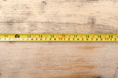 Εργαλεία Measurer ταινιών στο ξύλινο υπόβαθρο ready work Στοκ Εικόνες