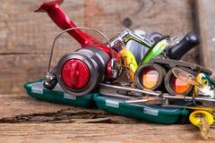 Εργαλείο αλιείας και τουρισμού στον πίνακα ξυλείας Στοκ Εικόνες