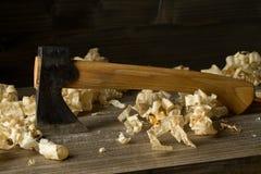 Εργαλείο εργασίας τσεκουριών γλυπτικής ξυλουργικής ξυλουργών στον ξύλινο πίνακα στο wo Στοκ εικόνες με δικαίωμα ελεύθερης χρήσης