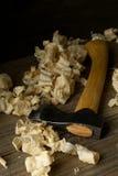 Εργαλείο εργασίας τσεκουριών γλυπτικής ξυλουργικής ξυλουργών στον ξύλινο πίνακα στο wo Στοκ Φωτογραφίες