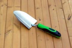 Εργαλείο κήπων στην ξύλινη επιφάνεια Στοκ εικόνα με δικαίωμα ελεύθερης χρήσης