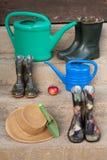 Εργαλείο κηπουρικής και μια κόκκινη Apple Στοκ Εικόνα