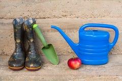 Εργαλείο κηπουρικής και μια κόκκινη Apple Στοκ Φωτογραφία