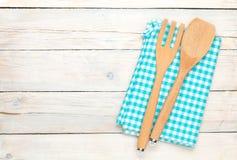 Εργαλείο κουζινών πέρα από το άσπρο ξύλινο επιτραπέζιο υπόβαθρο Στοκ φωτογραφία με δικαίωμα ελεύθερης χρήσης