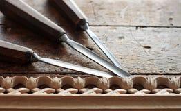 Εργαλείο ξύλινων σμιλών ξυλουργών με τη χάραξη Στοκ Φωτογραφίες