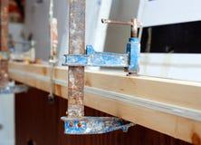Εργαλείο σφιγκτηρών βιδών ξυλουργών που πιέζει ξύλινα slats Στοκ εικόνα με δικαίωμα ελεύθερης χρήσης
