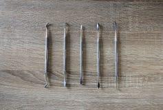 Εργαλείο Sculpting αργίλου στο ξύλινο υπόβαθρο Στοκ Εικόνες