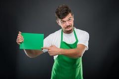 Εργοδότης υπεραγορών πορτρέτου που δείχνει το πράσινο χαρτόνι Στοκ εικόνα με δικαίωμα ελεύθερης χρήσης