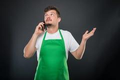 Εργοδότης υπεραγορών πορτρέτου που εξηγεί κάτι στο τηλέφωνο Στοκ φωτογραφία με δικαίωμα ελεύθερης χρήσης