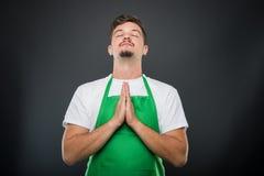 Εργοδότης υπεραγορών πορτρέτου που στέκεται στη θέση προσευχής Στοκ Εικόνες