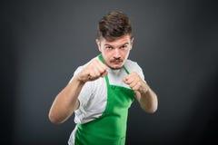 Εργοδότης υπεραγορών που θέτει παρουσιάζοντας πυγμές όπως την πάλη Στοκ Εικόνες