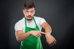 Εργοδότης υπεραγορών που θέτει παρουσιάζοντας χρονική χειρονομία Στοκ Φωτογραφία