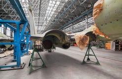 Εργοστάσιο αεροπορίας του στρατιωτικού αεροπλάνου Πίσω ρωσικός πολλαπλών ρόλων μαχητής άποψης Στοκ εικόνες με δικαίωμα ελεύθερης χρήσης