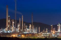 Εργοστάσιο διυλιστηρίων πετρελαίου στο λυκόφως, εργοστάσιο πετροχημικών Στοκ Εικόνες