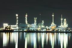 Εργοστάσιο διυλιστηρίων πετρελαίου στο λυκόφως Στοκ Εικόνες